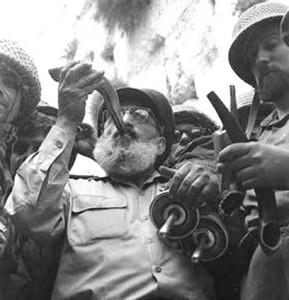 Rabbi Goren sounds the shofar
