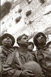 Israeli paratroopers shortly after the capture of the Wall during the Six-Day War (by: David Rubinger)