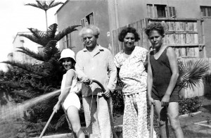 David and Pola Ben-Gurion with their children Amos and Renana, outside their home in Tel-Aviv (Photo: Bitmuna Lab)